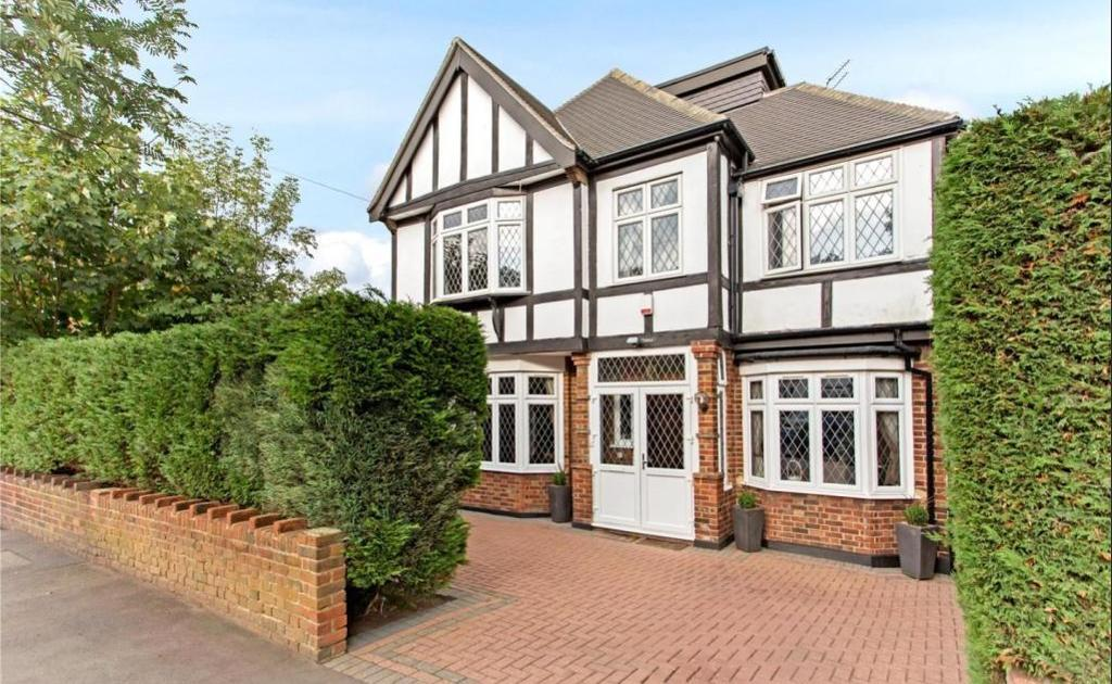 Knighton Drive, Woodford Green, Ilford, IG8 0NY